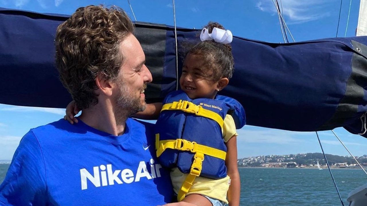 Pau Gasol, junto a una hija de Kobe Bryant