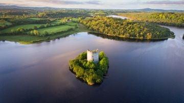 Panorámica del lago Oughter y el castillo de Cloughoughter