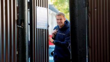 Alexei Navalni sale de la cárcel después de cumplir una condena de 30 días en Moscú, Rusia, el 23 de agosto de 2019