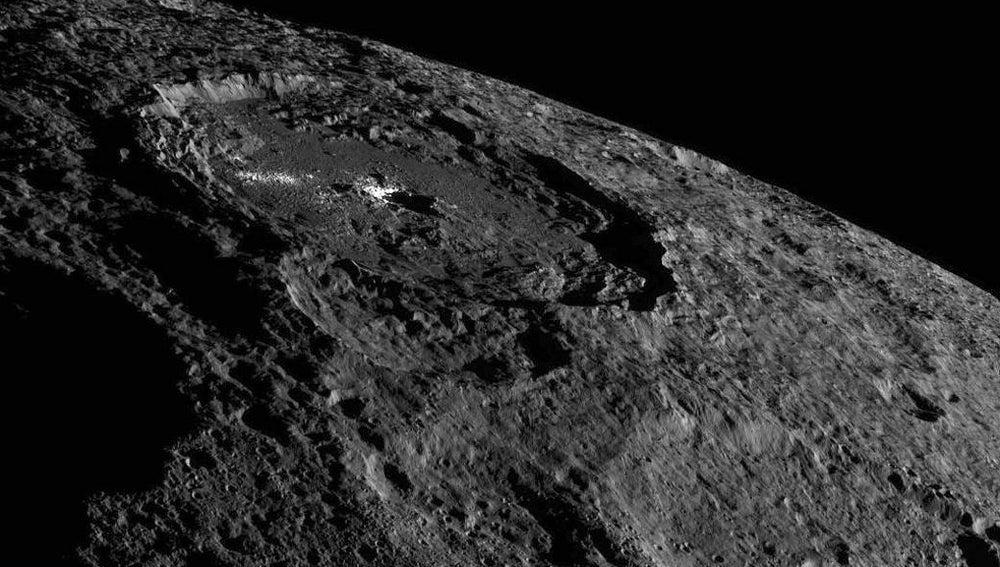 Imagen del intrigante cráter Occator de Ceres tomada por la sonda Dawn