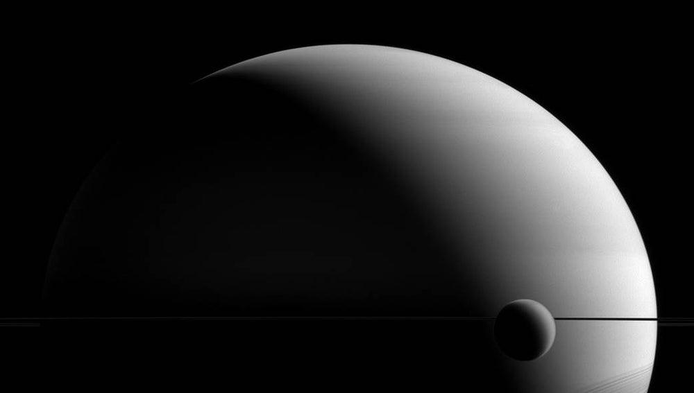 Saturno y su luna Titán, con algo más 5000 kilómetros de diámetro