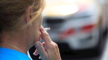 Una mujer se fuma un cigarrillo