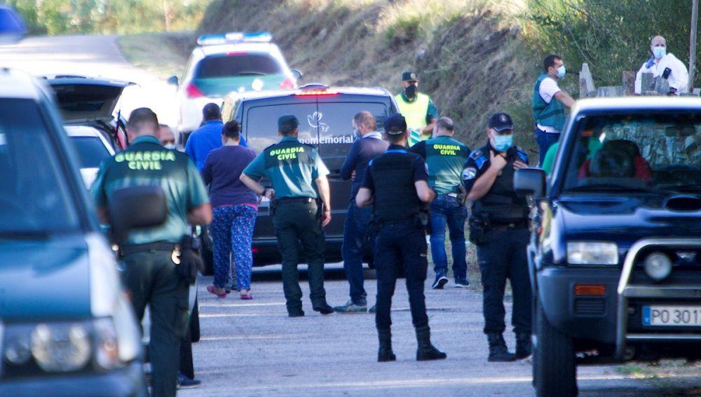 Agentes de la Guardia Civil junto a una finca de Soutomaior