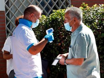 Un ciudadano accede al centro de salud Reyes Católicos (San Sebastián de los Reyes)