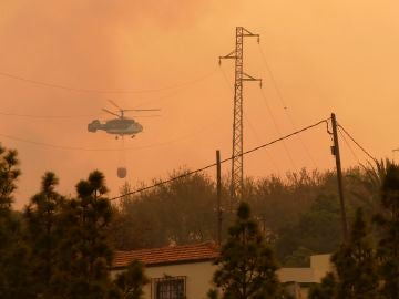 Un helicóptero colabora en los trabajos extinción del incendio declarado en el municipio palmero de Garafía
