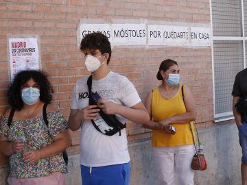 Varias personas espera en las urgencias del Centro de Especialidades Periférico Coronel de Palma en Móstoles