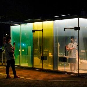 Visitantes curiosos observan los baños transparentes instalados en Tokio