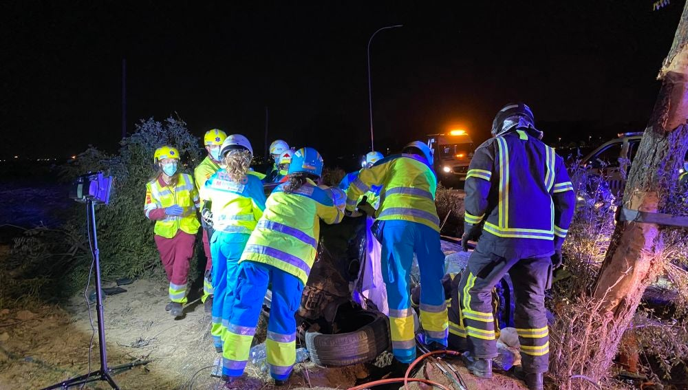 Los equipos de rescate del 112 trabajan en el lugar del accidente.
