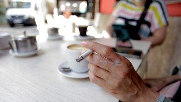 Imagen de archivo de una persona fumando