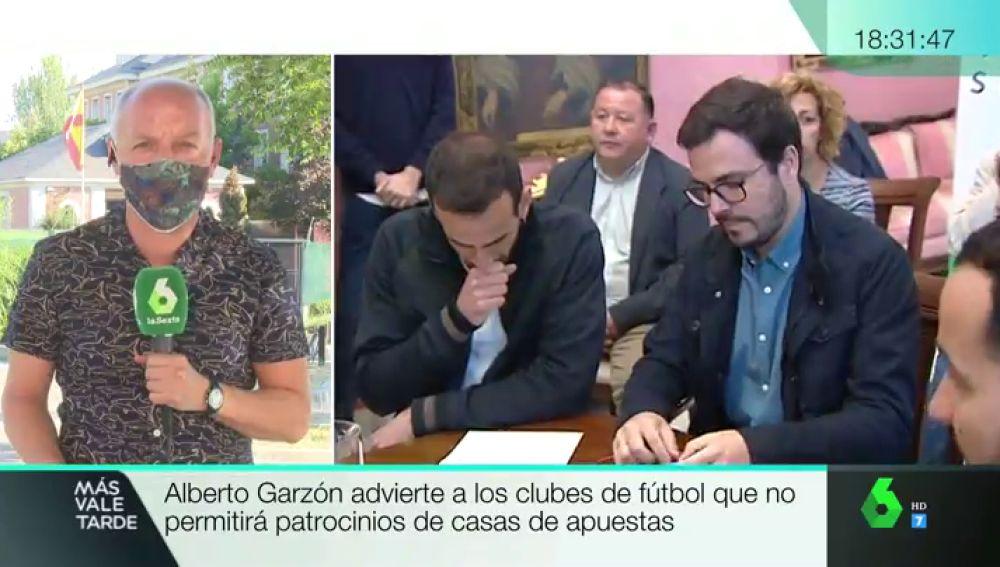 """Alberto Garzón considera una """"temeridad"""" que algunos clubes de fútbol renueven su publicidad con casas de apuestas para tres años"""