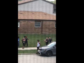 Los agentes apuntan a Jacob Blake cuando se dirigía a su coche.