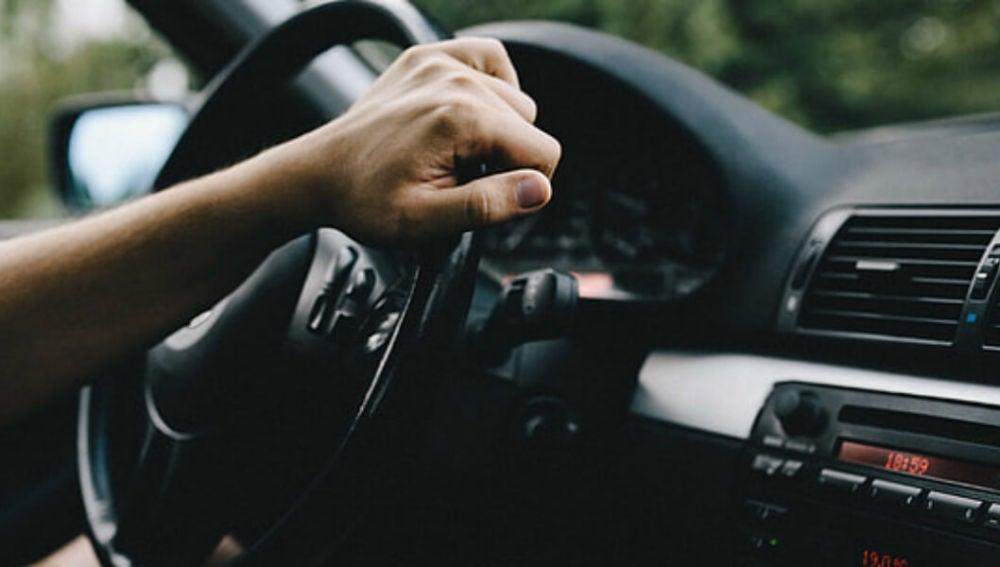 Las manos siempre deben ir en el volante