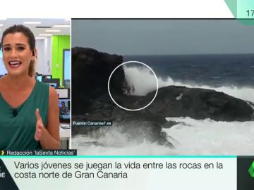 El momento en el que una ola arrastra a un grupo de jóvenes contra las rocas en Gran Canaria