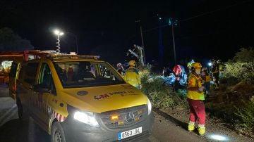 Un equipo del SUMMA 112 trabaja en el lugar del accidente.