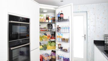 Imagen de archivo de un frigorífico lleno de alimentos