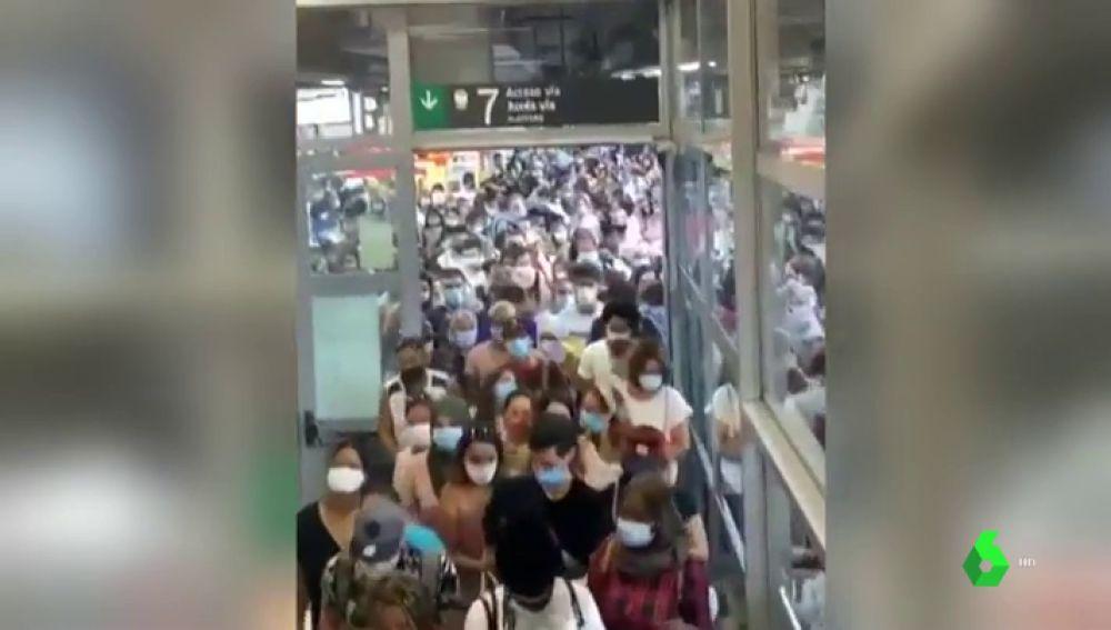 Los usuarios denuncian que resulta imposible guardar la distancia de seguridad en la estación