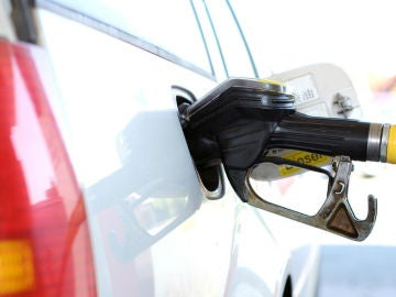 ¿Cuántos litros de gasolina puedes permitirte con tu sueldo en España?