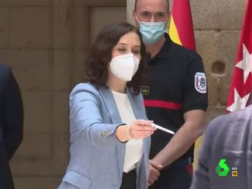 Vídeo manipulado - 'Pillan' a Isabel Díaz Ayuso regalando bolígrafos para hacer amigos