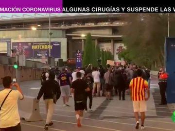 """Aficionados del Barça se cuelan en el Camp Nou al grito de """"Bartomeu dimisión"""""""