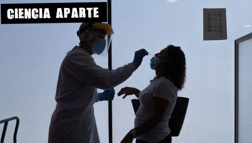 Un enfermero de urgencias del 061 realiza los test PCR en la sede del 061 en Zaragoza