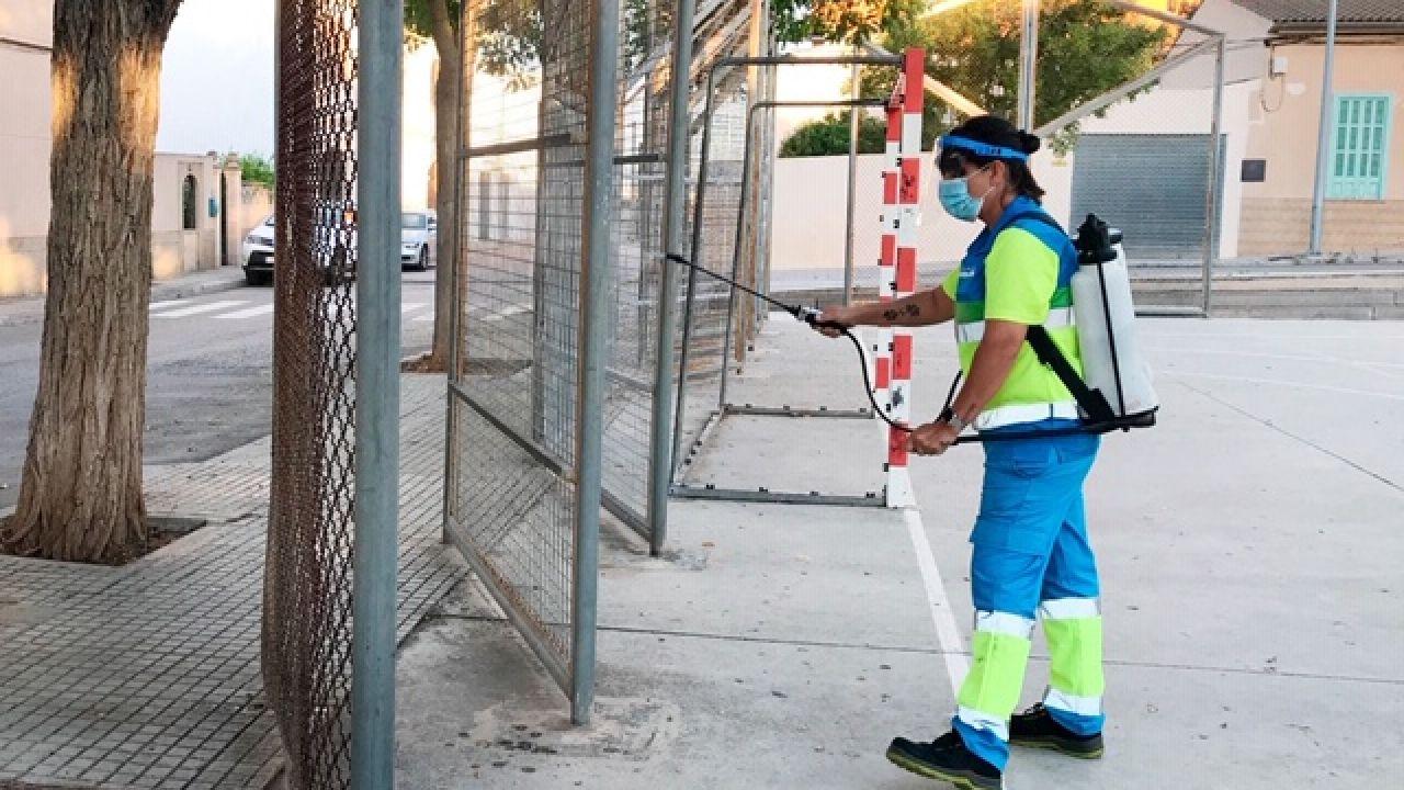 Un equipo de Emaya desinfecta espacios públicos y centros educativos de Palma.