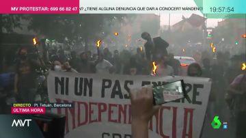 Antorchas y un muñeco del rey en una de las manifestaciones de la Diada en Barcelona