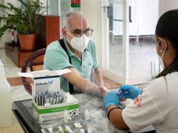 Una enfermera toma una muestra de sangre a un ciudadano para un test serológico en el Centro de Día de Mayores de La Isleta