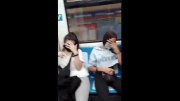 Captura del vídeo de la agresión racista de tres jóvenes a una pareja en el Metro de Madrid
