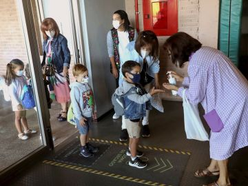Imagen de varios niños entrando al colegio