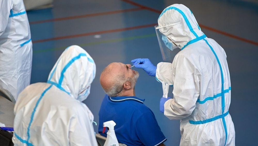 Personal sanitario realiza pruebas PCR durante la campaña de cribado masivo para contener contagios de Covid-19 en la ciudad de Girona