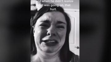 Una madre llora desconsolada