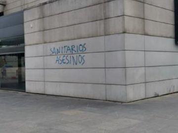 Imagen de la pintada que ha aparecido en el Hospital La Paz