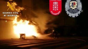 Imagen de un bombero apagando un incendio en un contenedor en Alsasua