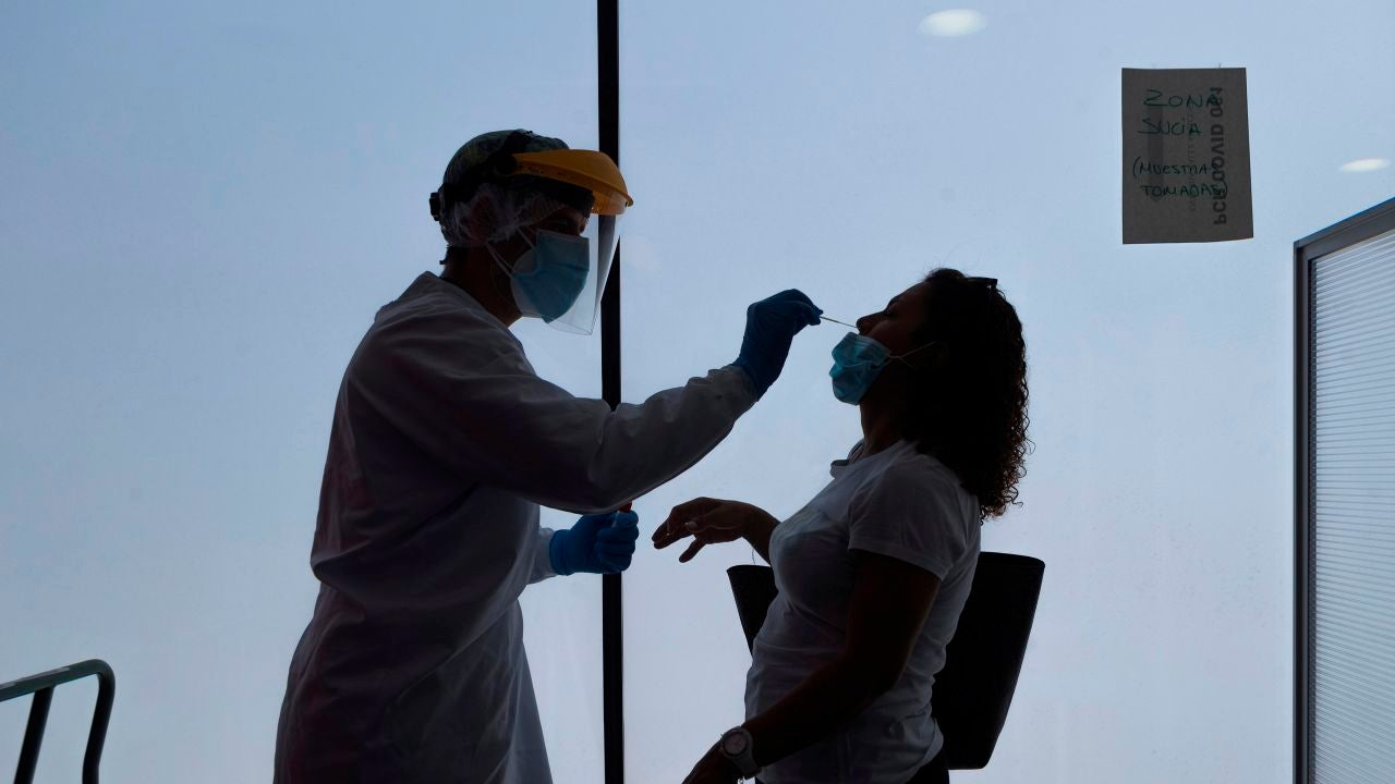 Un enfermero de urgencias del 061 realiza los test PCR en Zaragoza
