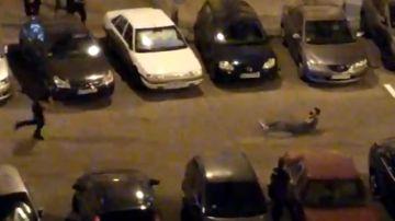 Un joven se autolesiona en el cuello tras recibir disparos disuasorios de los agentes