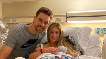 Pau Gasol y Cat Mcdonnell, junto a su hija Elisabet Gianna Gasol