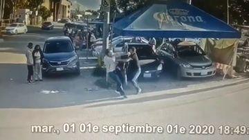 Imagen del momento en el que un hombre apuñala al presunto violador de su hija