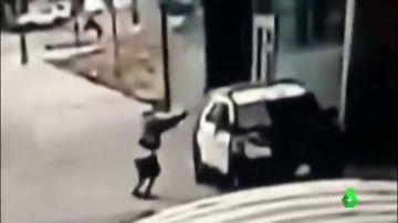 Un joven dispara a bocajarro a dos policías por la ventanilla de un coche patrulla y sale huyendo en EEUU