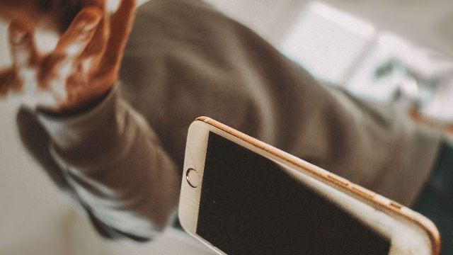 iPhone precipitándose al suelo.