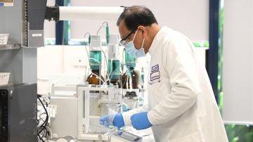 Un hombre en un laboratorio estudiando el cáncer