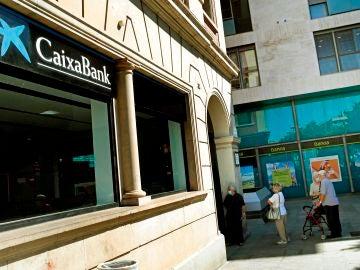 """Si eres un """"cliente no vinculado"""", Caixabank te cobrará hasta 240 euros al año por tu cuenta corriente: así puedes evitarlo"""