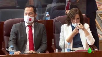 """Vídeo manipulado - Díaz Ayuso bebe leche en la Asamblea de Madrid porque """"es muy buena para los niños"""""""