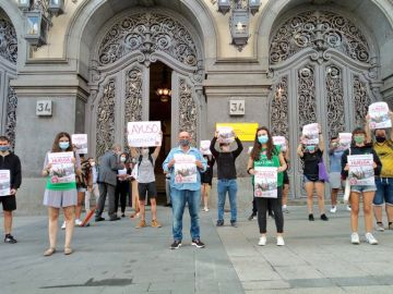 Estudiantes concentrados ante las puertas del Ministerio de Educación, en Madrid