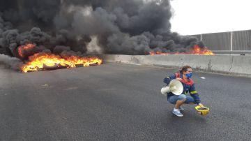 Barricada de neumáticos ardiendo
