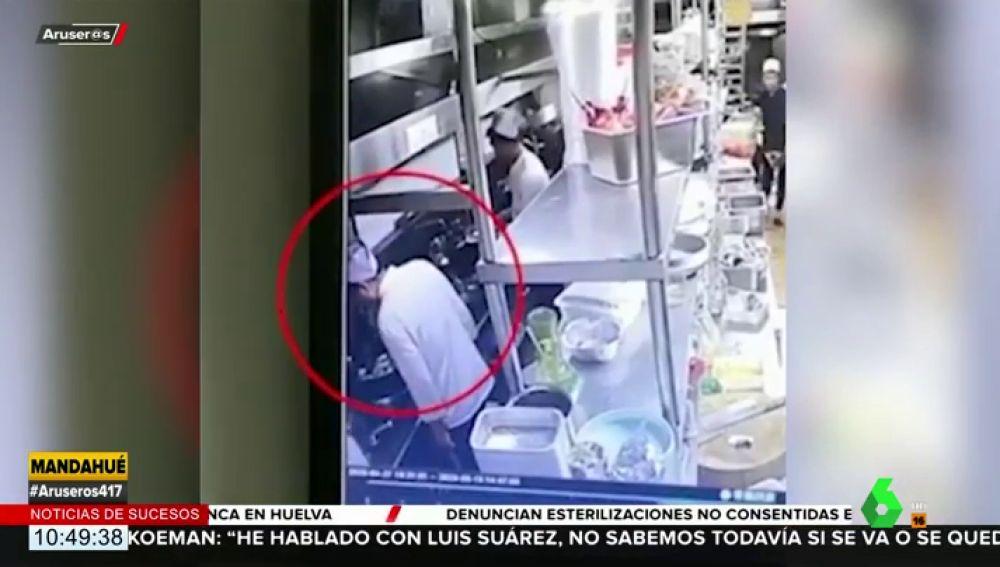 Pillan a un cocinero sin mascarilla escupiendo una colilla en el plato de un cliente