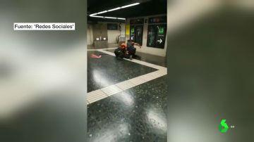 Brutal pelea a puñetazos entre dos vigilantes del metro de Barcelona en plena estación 'Plaça Espanya'