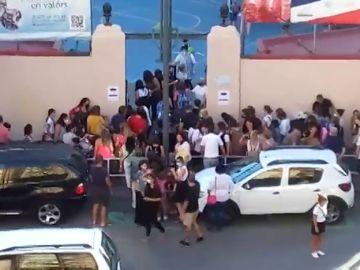Aglomeraciones y largas colas de padres y niños a las puertas de un colegio en Tarragona