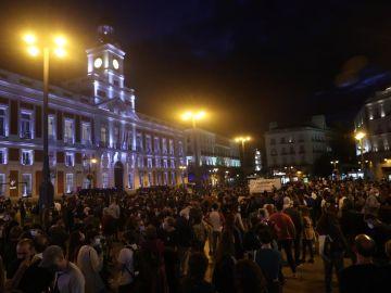 Centenares de personas se concentran en la Puerta del Sol para pedir la dimisión de Ayuso