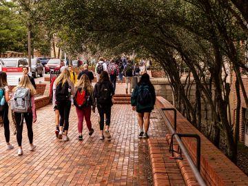EDUCACIÓN A DISTANCIA: Estudiantes de camino a clase