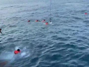 Los migrantes rescatados por el Open Arms saltan al mar ante la inacción de Italia
